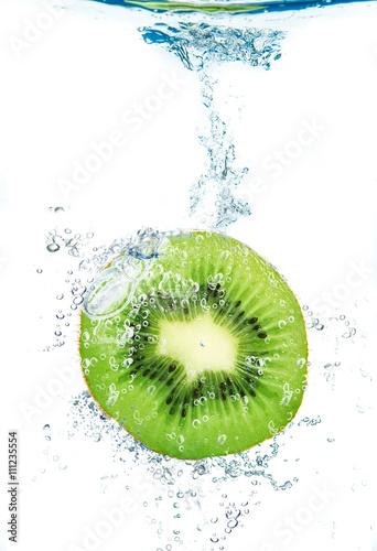 fetta di kiwi che cade in acqua