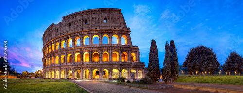 Colosseum w Rzymie Panorama przy nocą