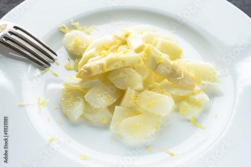 Zdjęcia na płótnie, fototapety, obrazy : Rohe Scheiben vom weissen Spargel als Salat