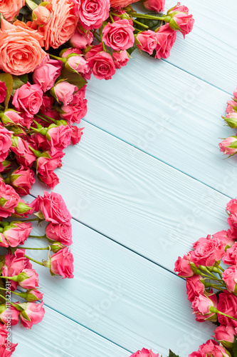 Poster Roses on wooden background