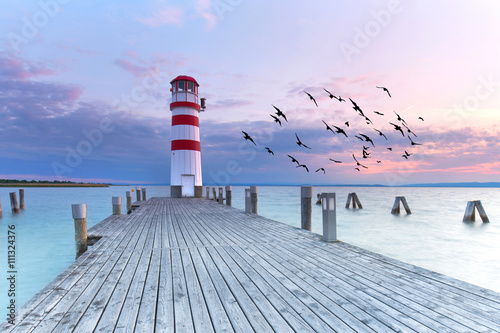 langer Steg zum Leuchtturm, Sonnenuntergang am See - 111324376