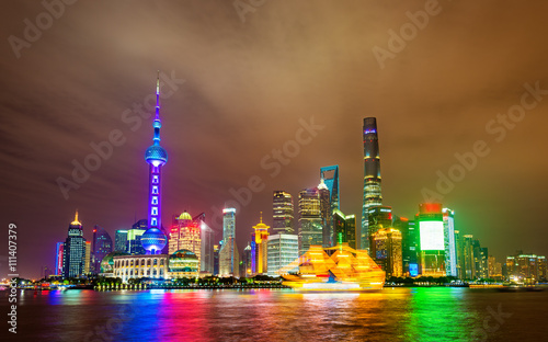 Poster Shanghai skyline above the Huangpu River at night