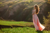 Прогулка девушки в платье на природе