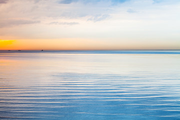 Fototapeta niebieskie morze pod kolorowym niebem