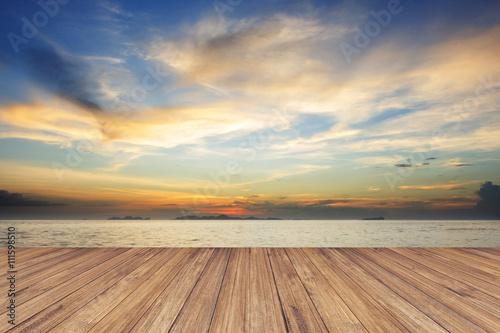 Perspektywa drewno taras przeciw pięknemu seascape przy zmierzchem