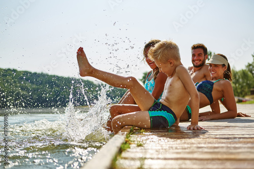 Poster Familie und Kinder plantschen im Wasser