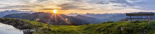 Deurstickers Ochtendgloren Sonnenaufgang am Berg