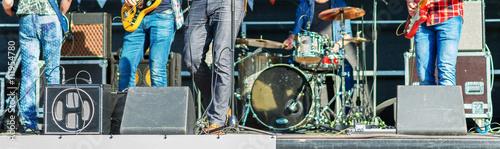 Staande foto Muziekwinkel Unrecognizable musicians playing at live stage.