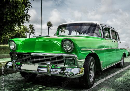 HDR Amerykański zielony samochód zabytkowy na Kubie w Hawanie - seria 2