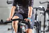 Ragazza si allena su cyclette