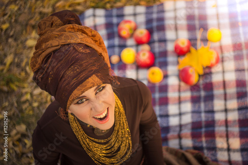 mata magnetyczna smiling young woman in tribe style