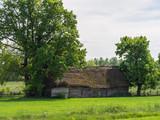 Stara stodoła na zielonej łące