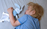 bébé garçon dort avec son doudou