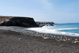 spiaggia delle Canarie con sabbia nera - 112198906