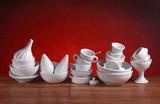 utensili da cucina in porcellana bianca - sfondo rosso