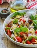 "Warm salad of Farfalle with mushrooms and tomatoes  112561802,graue Fensterjalousie aus Aluminium in Nahaufnahme"""