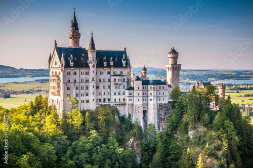 Sławny Neuschwanstein kasztel z scenicznym góra krajobrazem blisko Füssen, Bavaria, Niemcy