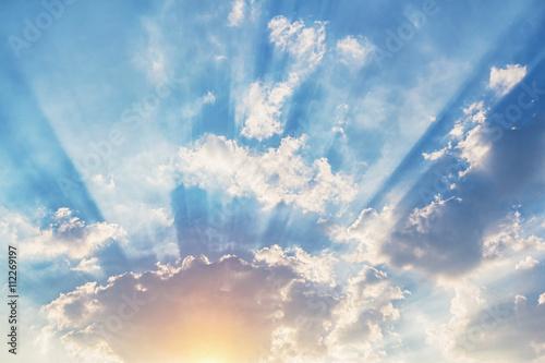 promien-swiatla-i-chmur