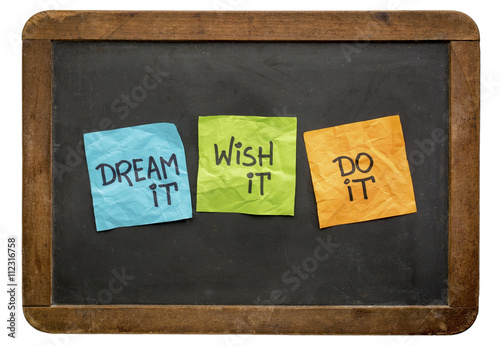 Poster dream, wish and do it on sticky notes