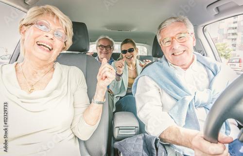 Groupe de personnes âgées faisant partie dans la voiture Poster