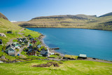 Kleins Dorf auf den Färöern an einem sonnigen Tag