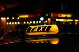 Taxischild beleuchtet - Taxi bei Nacht - 112505360