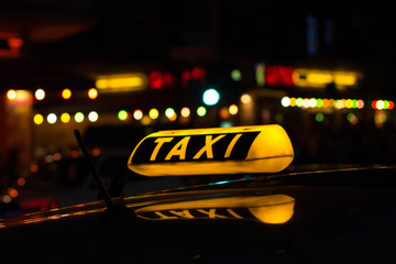 Taxischild beleuchtet - Taxi bei Nacht