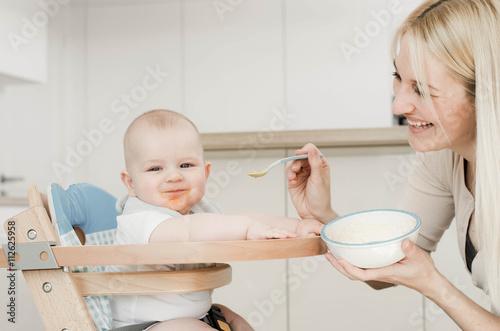 fototapeta na ścianę Mama füttert das Baby