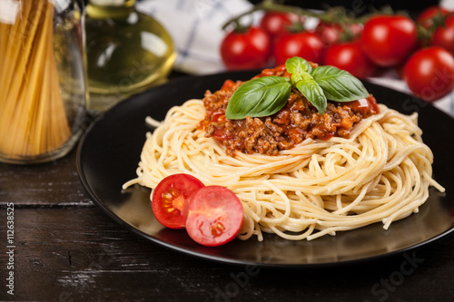 Spaghetti bolognese on dark background плакат