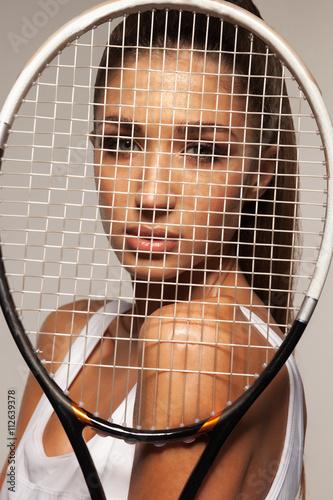 Portrait de la belle remise en forme femme sexy, joueur de tennis avec raquettes Poster