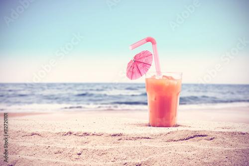 Poster Sommer Hintergrund für Ihr Getränk auf Sand und den freien Speicherplatz