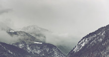 Ciemne chmury pojawiające się na górze