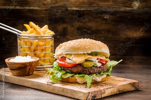 hamburger-s-hranolky-rychle-obcerstveni