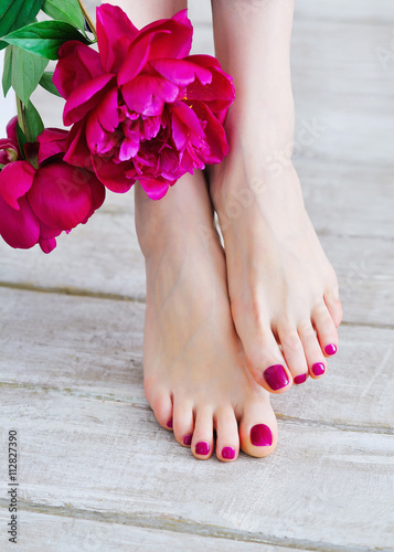 Plagát, Obraz Feet with pink pedicure and peonies