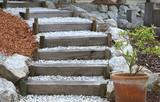 Escalier de jardin en bois et gravier