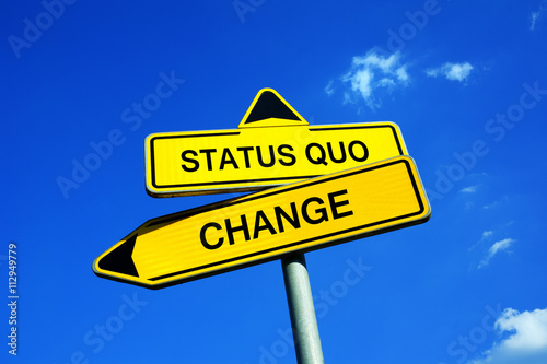 Plagát Traffic sign with two options - Status Quo or Change - decision to do or not to