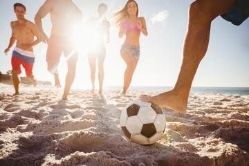 Friends playing football © WavebreakmediaMicro