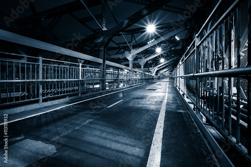 Papiers peints New York Moody monochrome view of Williamsburg bridge pedestrian walkway by night in New York City