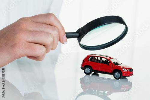 Auto wird von Arzt untersucht
