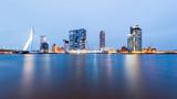 Fototapety Erasmusbrug, Rotterdam, Holland, Skyline zur blauen Stunde
