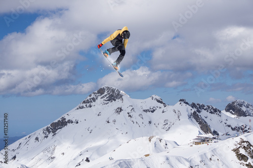 Poster Snowboard rider jumping on mountains. Extreme freeride sport.
