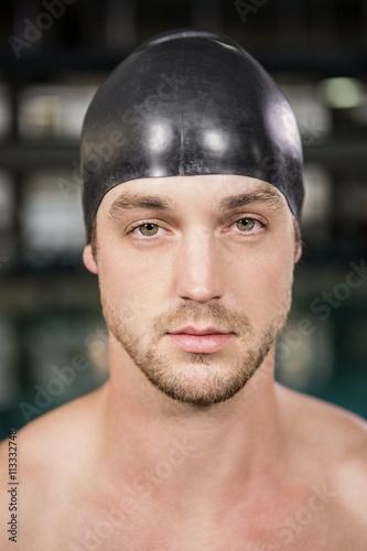 Poster Portrait du nageur, debout près de la piscine