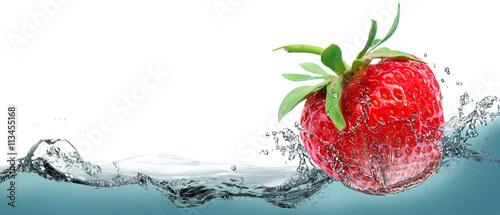 Obraz na Szkle Juicy strawberry on a background of splashing water.