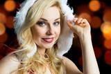 junge Miss Santa mit Lichterhintergrund
