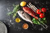 piastra con pesce da grigliare
