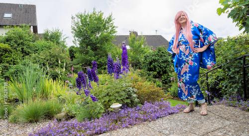 Frau mit Kimono auf der Terrasse