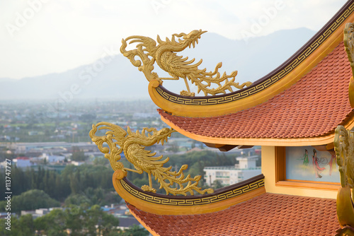 Fabulous bird on the roof of a Buddhist pagoda Buu Son, Vietnam Plakat