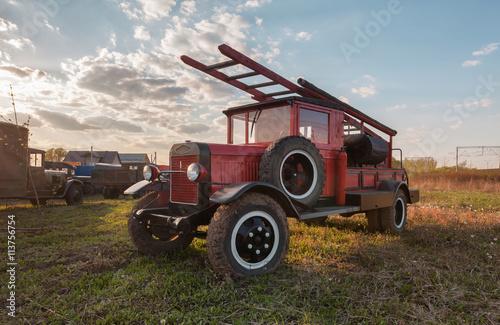 Stary retro samochód strażacki z drewnianą skrzynką na polu