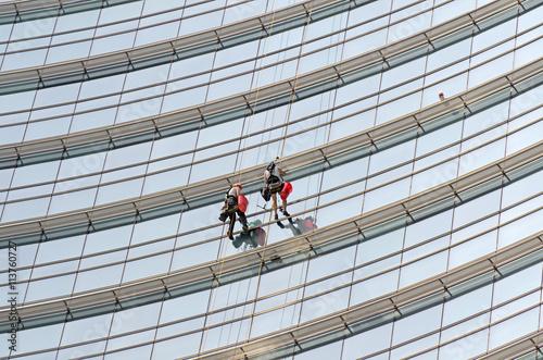 Poster Uomini che lavano i vetri di un grattacelo a Milano