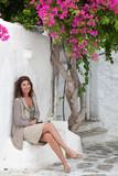 Donna seduta in giardino con Bouganville